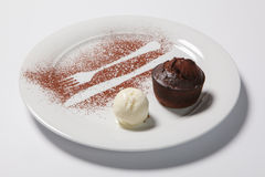 Torta de la lava con helado en una placa blanca imagen de archivo