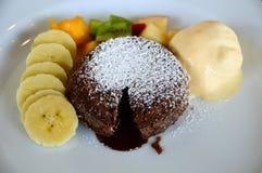 Torta de la lava del chocolate y helado de vainilla fotos de archivo