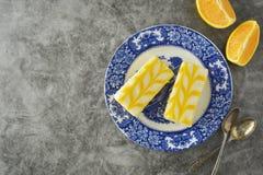 Torta de la llovizna del limón, postre de la torta de la corteza del limón Endecha plana, espacio de la copia imagen de archivo