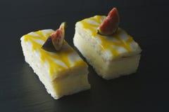 Torta de la llovizna del limón, postre de la torta de la corteza del limón sobre fondo negro fotografía de archivo