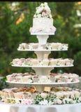 Torta de la magdalena de la boda Fotografía de archivo libre de regalías