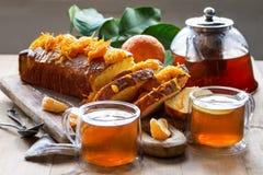 Torta de la mandarina con té fotografía de archivo libre de regalías