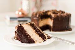 Torta de la mantequilla del chocolate y de cacahuete Fotos de archivo