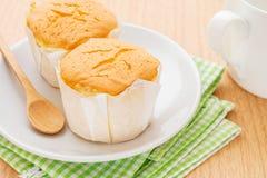 Torta de la mantequilla en la taza de la placa y de café Imagen de archivo libre de regalías