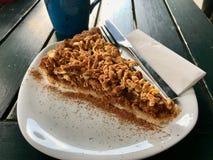 Torta de la migaja de Apple/empanada hechas en casa de la miga en la cafetería/el café fotos de archivo libres de regalías