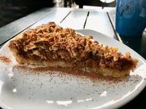 Torta de la migaja de Apple/empanada hechas en casa de la miga en la cafetería/el café imagen de archivo
