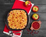Torta de la migaja del postre con las manzanas y las bayas del rojo foto de archivo libre de regalías