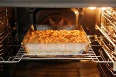 Torta de la migaja en el owen con el espacio vacío para el texto fotos de archivo