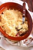 Torta de la migaja de la fruta en lata de hornada foto de archivo