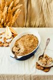 Torta de la migaja de la harina de avena de la pera en plato que cuece azul Mantel de lino fotografía de archivo