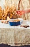 Torta de la migaja de la pera en plato que cuece azul Otoño de lino c del mantel fotografía de archivo