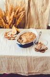 Torta de la migaja de la pera en plato que cuece azul Otoño de lino c del mantel imagen de archivo libre de regalías
