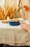 Torta de la migaja de la pera en plato que cuece azul Otoño de lino c del mantel foto de archivo libre de regalías