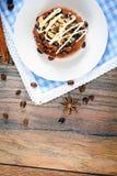 Torta de la nuez del chocolate en el vintage Woody retro Fotografía de archivo