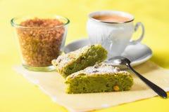 Torta de la nuez, taza de café y vidrio con el azúcar marrón imagen de archivo