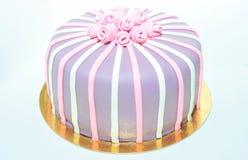 Torta de la pasta de azúcar con las rosas en blanco Imagenes de archivo