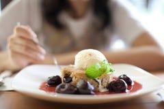 Torta de la pera con helado de la vainilla Fotos de archivo