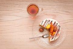 Torta de la rebanada de la zanahoria y una taza de opinión superior del té con el lugar para el texto Fotografía de archivo