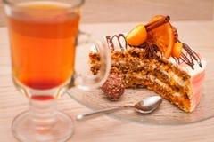 Torta de la rebanada de la zanahoria y una taza de té Imagenes de archivo