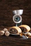 Torta de la semilla de amapola con el molino de mano retro Imagen de archivo