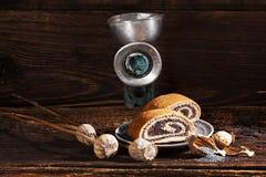 Torta de la semilla de amapola con el molino de mano retro Fotografía de archivo libre de regalías
