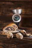 Torta de la semilla de amapola con el molino de mano retro Imagenes de archivo