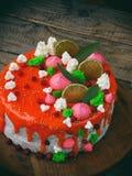 Torta de la semilla de amapola cubierta con el esmalte rojo del espejo y adornada con el merengue, rebanadas de la cal, hojas del Fotos de archivo libres de regalías