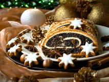 Torta de la semilla de amapola de la Navidad en una placa Imagen de archivo