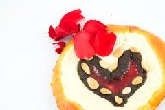 Torta de la tarjeta del día de San Valentín imágenes de archivo libres de regalías