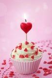 Torta de la taza con la vela del corazón Imágenes de archivo libres de regalías