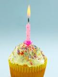 Torta de la taza de la vela del cumpleaños Fotografía de archivo libre de regalías