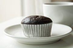 Torta de la taza del chocolate con la taza de café Imagen de archivo