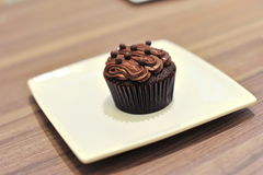 Torta de la taza del chocolate en una placa Fotos de archivo
