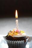 Torta de la taza del cumpleaños Foto de archivo libre de regalías