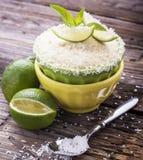 Torta de la taza del limón con el esmalte del azúcar en una tabla de madera Imagenes de archivo