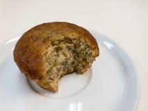 Torta de la taza del plátano en el plato blanco Imagenes de archivo