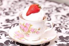 Torta de la taza en la taza Foto de archivo libre de regalías
