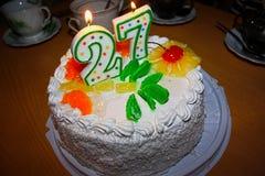 Torta de la vela del cumpleaños 27 años Imágenes de archivo libres de regalías