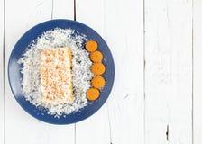 Torta de la zanahoria y de coco en la tabla blanca Foto de archivo