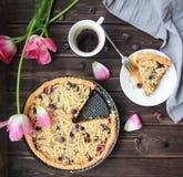 Torta de las bayas del desayuno con café y tulipanes Fotos de archivo libres de regalías
