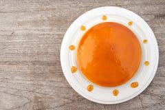 Torta de las natillas del caramelo en la placa blanca Postre dulce y húmedo Visión superior Fotos de archivo