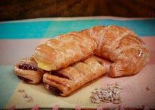 Torta de las natillas y pan del cruasán Fotografía de archivo libre de regalías
