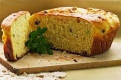 Torta de levadura con las pasas foto de archivo