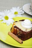 Torta de libra del chocolate con crema del azote Fotografía de archivo