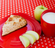 Torta de maçã caseiro do cozimento com o copo do leite Imagem de Stock