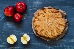 Torta de maçã caseiro em um fundo de madeira azul, luz natural, conceito do cozimento home fotografia de stock royalty free