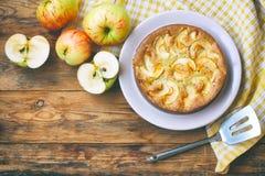 torta de maçã caseiro na opinião superior da placa Fotografia de Stock Royalty Free