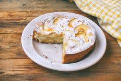 torta de maçã caseiro na placa com cortado e polvilhado com o powde Imagens de Stock