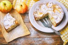 torta de maçã caseiro na placa polvilhada com o açúcar pulverizado, parte Imagem de Stock Royalty Free