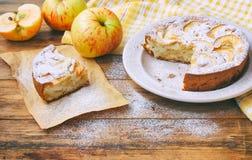 torta de maçã caseiro na placa polvilhada com o pó do açúcar Fotografia de Stock Royalty Free